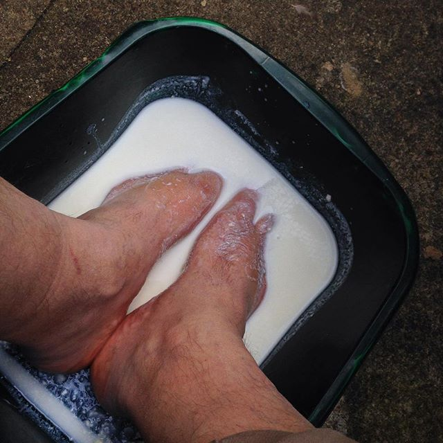 Sitting in the garden in the #autumn???? sun #amreading, and soaking my feet in a #kefir bath 'cos that's the way I rock…
