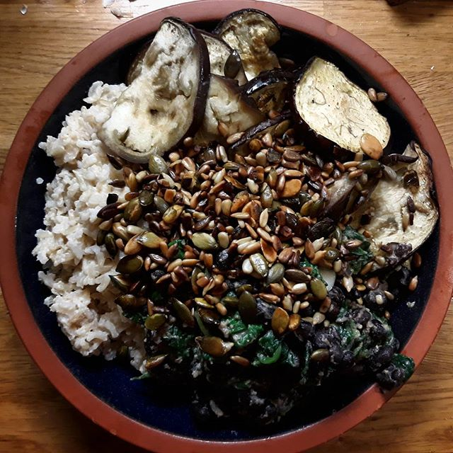 Another bowl of yummy deliciousness in the form of Roasted Aubergine and Tahini… #eatinghealthy #101thingsyoucandowithaubergines #aubergine???? #recipes @deliciouslyella