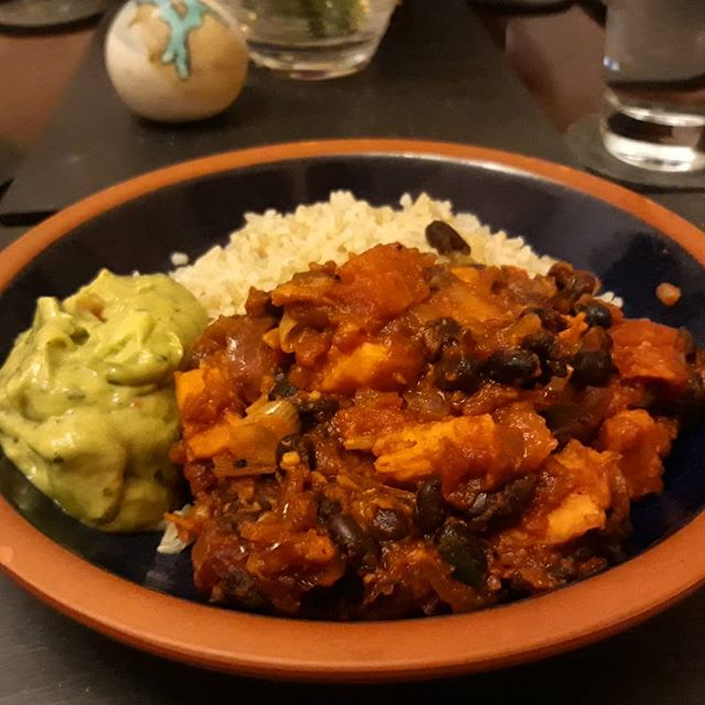 Sweet potato, black beans, paprika and maple served with brown rice and guacamole… #warmingfood #autumn???? @deliciouslyella