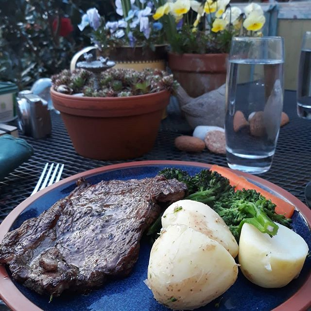 First al fresco dinner of the year, and a barbecue too… #Easter🐥🐰 #GoodFriday #steak #garden