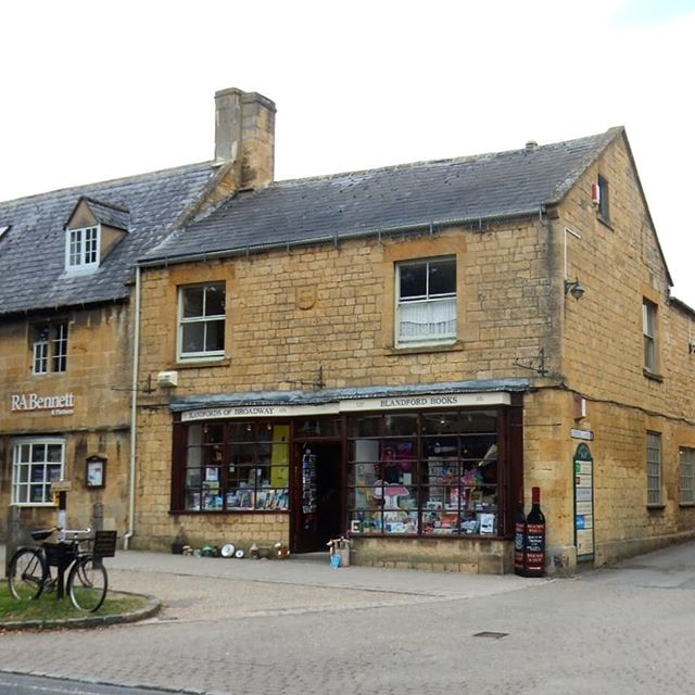 Erica, my co-author of the #bookloversguidetobookshops, has already visited and written about #BlandfordBooks in her  @bookshopblogger blog. Today I visited to get the photos from it from which to #illustrate it. I also found an appropriate book to buy… #bookshops #bookshopsofinstagram #amillustrating
