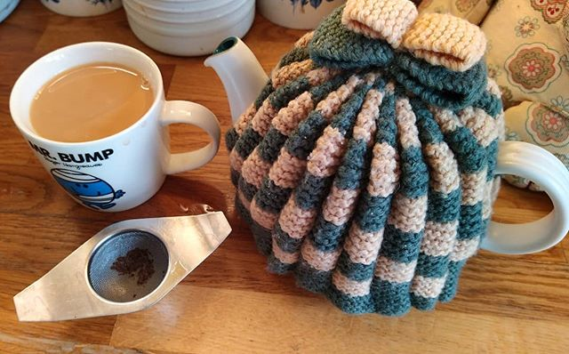 This might not be *my* Grannie's hand-knitted tea cosy but it's still a tea cosy knitted by a Grannie I knew and loved, and that makes me happy… ☕♥️ #tea #teacosy #teacosiesofinstagram #teaofinstagram
